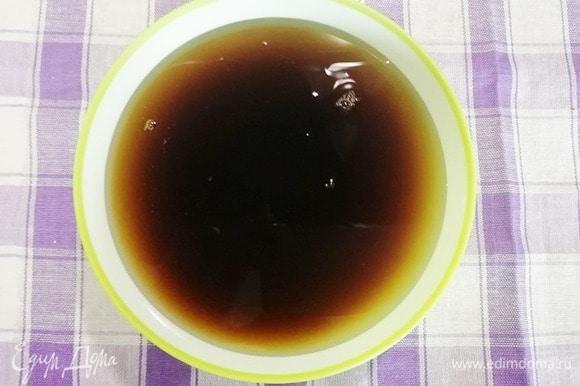 Смешиваем воду с соевым соусом.