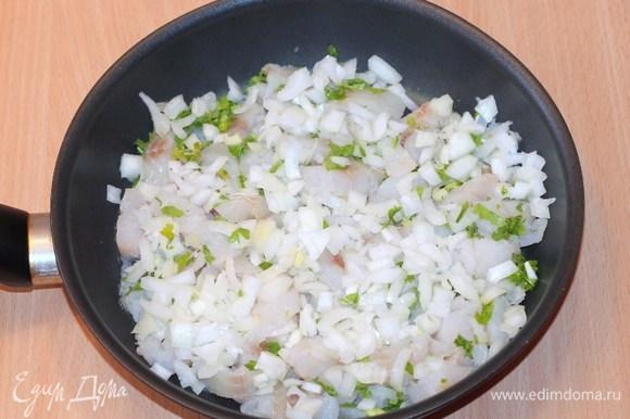 Добавим рыбную приправу, соль, перец и обжарим на растительном масле.