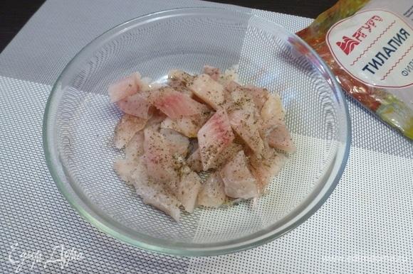 Филе тилапии ТМ «Магуро» идеально подходит для этого салата — оно без костей, мясо не имеет ярко выраженного рыбного запаха. Нужно просто разморозить филе и нарезать небольшими кусочками. Посолить и поперчить.