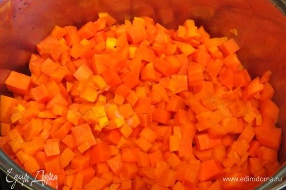 Все ингредиенты почистить. Нарезать кусочками. В кастрюлю налить воды. Засыпать морковь. Варить под крышкой 10 минут. Добавить тыкву. Варить еще 10 минут.