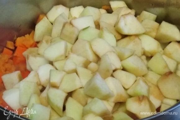 Добавляем яблоки. Варим еще 10 минут.