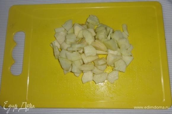 Яблоки очистить от кожуры и семенных коробочек, нарезать мелкими кубиками, сбрызнуть лимонным соком.
