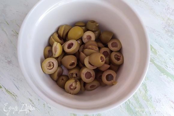 Оливки нарезать произвольно.
