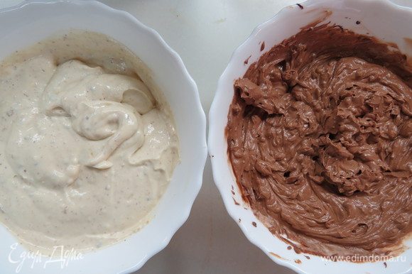 Духовку разогреть до 120°C (прогревать не меньше 20 минут). На дно духовки предварительно поставить поддон с горячей водой. Разделить пополам получившуюся сырную начинку, разлив ее по двум мискам. В первую миску добавить темный шоколад с кофе, перемешать. Во вторую ввести сливки с орехово-карамельной пудрой.