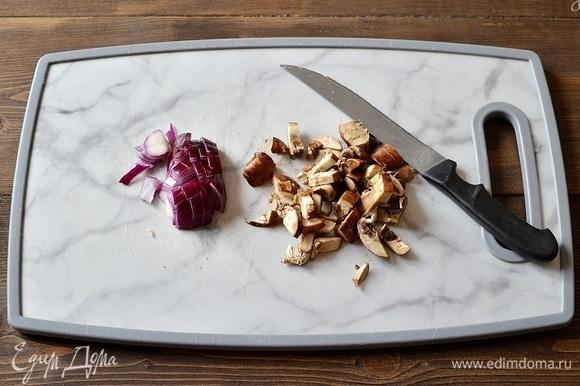 Для начинки лук и грибы нарежьте кубиком.