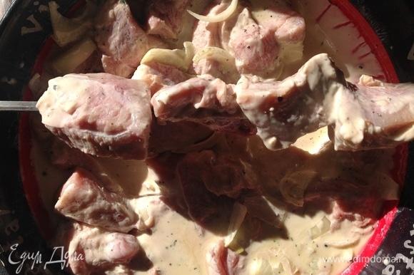 По окончании времени маринования нанизываю кусочки мяса на шампур.