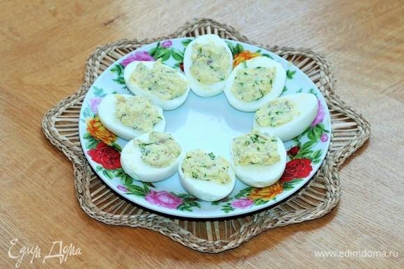 Каждую половинку яйца фаршируем желтковой начинкой.