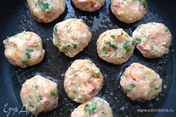 Разогреть сковородку, налить оливковое масло и добавить сливочное. Сформировать маленькие котлетки. Жарить с каждой стороны 3–4 минуты.