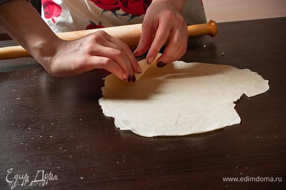 Вручную раскатывайте как можно тоньше (1,5–2 мм).