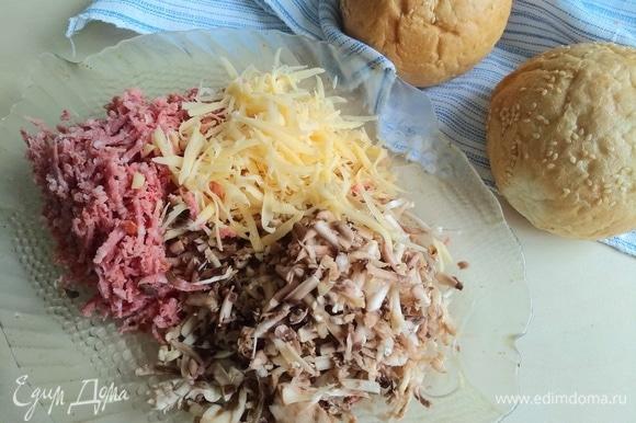 Натрем на терке сыр, шампиньоны, колбасу.