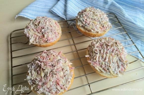 Укладываем готовую начинку на булочки. Отправляем в разогретую духовку на 10–15 минут.