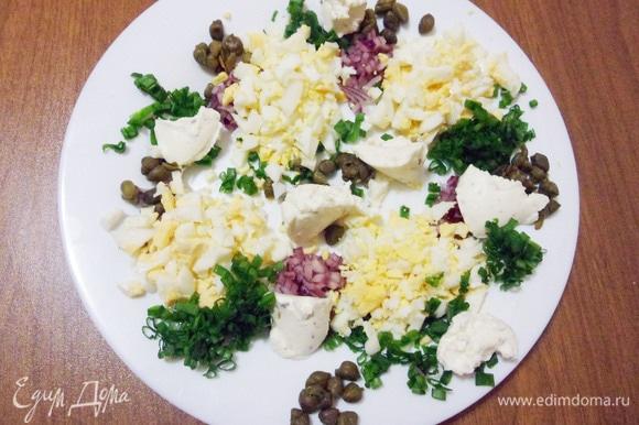 Продолжаем заполнять тарелку, чайной ложкой выложить мягкий творожный сыр.