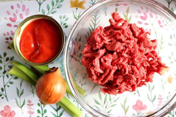 Прокрутить мясо через мясорубку. Репчатый лук, морковь почистить.
