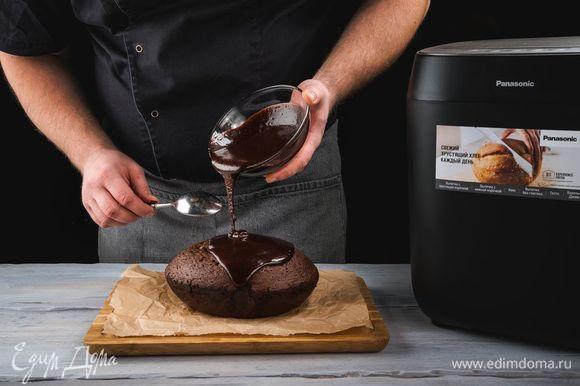 Готовый кекс полейте помадкой, украсьте сахарной пудрой и цедрой апельсина. Дайте время помадке застыть.