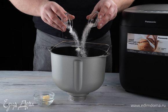 Добавьте сливочное масло, сахар, соль, воду. Обязательно соблюдайте указанную последовательность добавления ингредиентов.