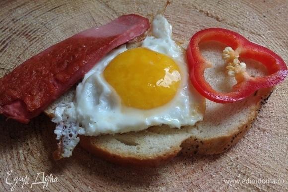На разогретой сковородке поджарить на оливковом масле ломтики докторской колбасы, затем поджарить яйца, посолить. Можно добавить сладкий перец по желанию.