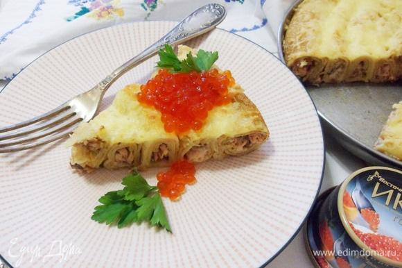 На кусочек пирога положить чайную ложку красной икры ТМ «Восточный берег».