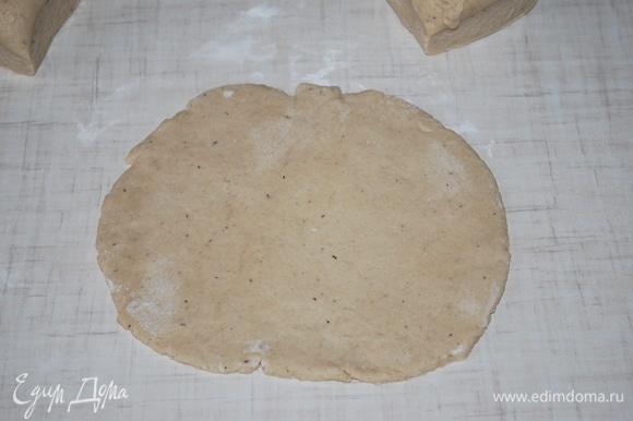 Раскатайте тонкий сочень. Переложите его на пекарскую бумагу.