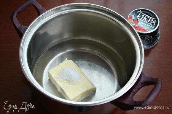 В сотейнике довести до кипения сливочное масло, соль и воду.