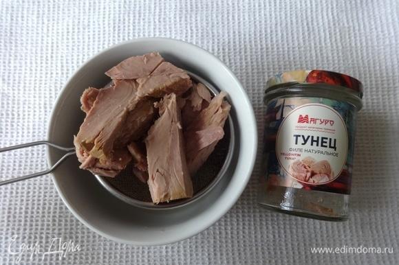Открыть банку консервированного тунца ТМ «Магуро». Выложить рыбу на сито и дать стечь жидкости.