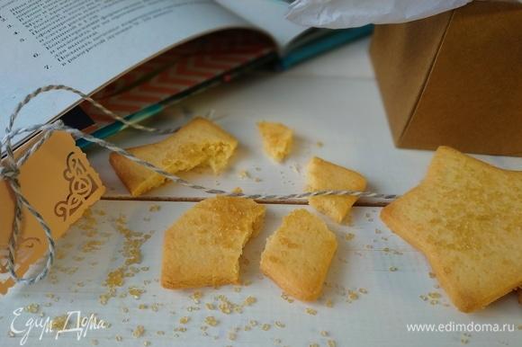 Очень вкусное печенье готово. В книге говорится, что это печенье хорошо подавать с ванильным мороженым или взбитыми сливками, мы его съели сразу, запивая чаем. Приятного аппетита.