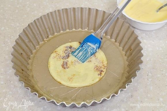 Жарьте блины на сковороде, складывайте в жаропрочную форму друг на друга, смазывая каждый блин яично-сметанной массой.