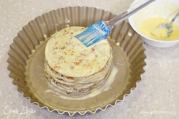 Верхний блин также смажьте яично-сметанной массой.