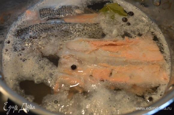 Сварить бульон из рыбы. У меня 2 хвоста лосося. Соль по вкусу, перец душистый, перец горошком, лавровый лист. После закипания варить 20–30 минут. Бульон я процедила через сито.