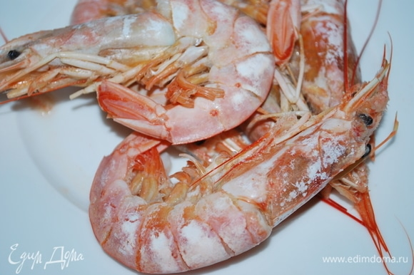 Достаньте креветки из бульона и очистите их. Рыбный бульон посолите по вкусу. Проварите рыбу еще 2 минуты, шумовкой переложите рыбу на тарелку. Бульон сохраните. Когда филе остынет, разделите его на небольшие кусочки, если есть необходимость, удалите кости.