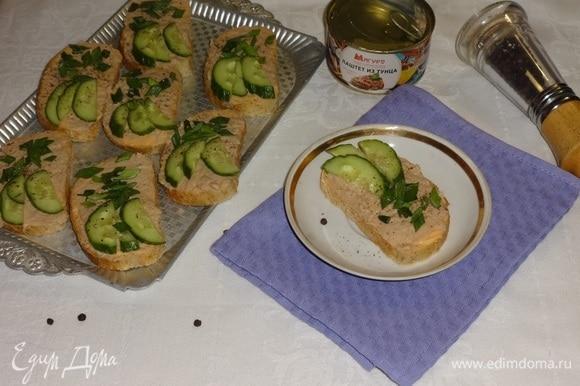 Выложить тосты на блюдо, приправить свежемолотым перцем и подать к столу. Угощайтесь! Приятного аппетита!
