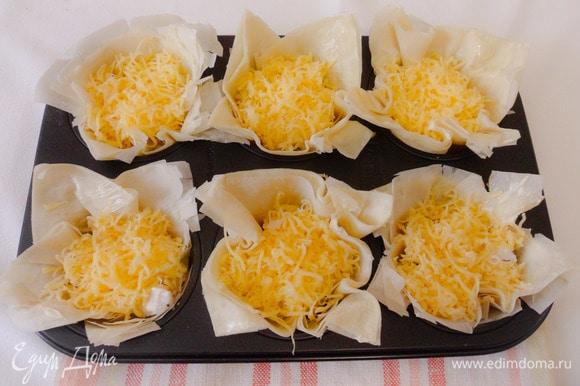 Сверху посыпать тертым сыром.