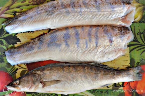 Подготовить, разморозить, почистить и промыть рыбу. Для рецепта я использовала одного целого судачка и два филе рыбы. Вы также можете взять для приготовления две целиковые рыбины.