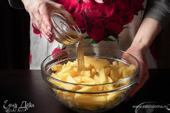 Картофель нарежьте соломкой, вылейте в него белок.