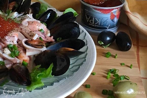 Посыпать зеленым луком для украшения, и можно наслаждаться салатом.