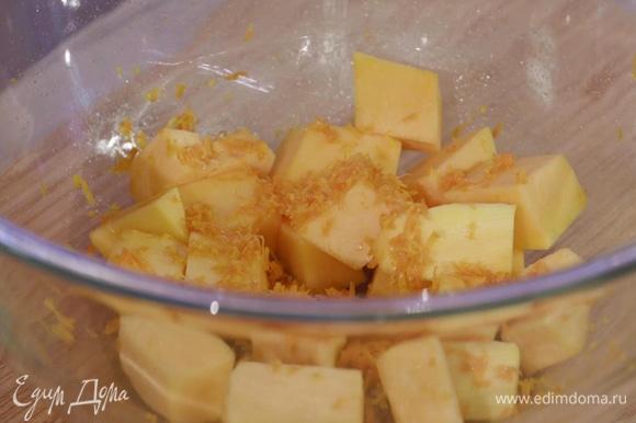 Тыкву очистить и нарезать небольшими кусочками. С одного апельсина снять цедру и добавить к тыкве.