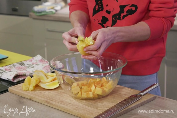 Апельсин очистить от кожуры и белой шкурки. Аккуратно, над миской с тыквой, вырезать мякоть долек апельсина без белых перепонок и отложить в сторону.