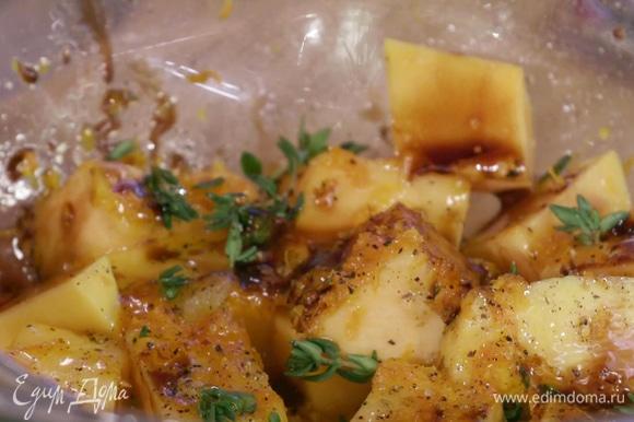 Выдавить на тыкву немного апельсинового сока с оставшейся на перепонках мякоти. Полить небольшим количеством оливкового масла, медом и бальзамическим уксусом, посолить, поперчить, добавить немного тимьяна, перемешать.