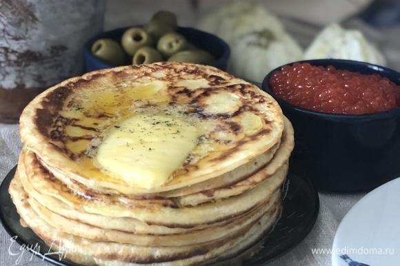 2 яйца взбить со щепоткой соли и сахара. 200 г муки, 400 мл молока постепенно добавляем, взбиваем. 70–80 г пармезана натереть на мелкой терке, добавить в тесто, перемешать. 2 столовые ложки растительного масла влить, опять перемешать и дать тесту постоять минут 10–15. Масса должна быть однородной. Очень удобно жарить на небольшом кусочке сала, наколов его на вилку и слегка смазывая им сковороду. Я жарила на маленькой сковороде, диаметр — 11 см.