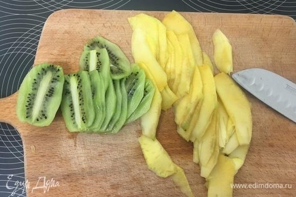 По прошествии положенного времени достаем наши манговые сметанники из холодильника и наливаем слой лимонного сметанника. Опять убираем в холодильник на 1,5–2 часа. В это время оставшиеся манго и киви очищаем, нарезаем тонкими пластинами.