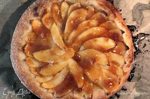 Когда тесто станет красивого золотистого цвета, осторожно смазать яблоки абрикосовым конфитюром, снова поставить пирог в духовку на 5 мин.