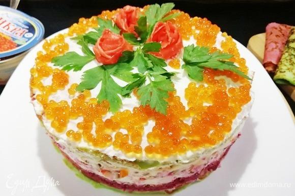 Я украсила торт икрой горбуши ТМ «Восточный берег», зеленью и розами из имбиря.
