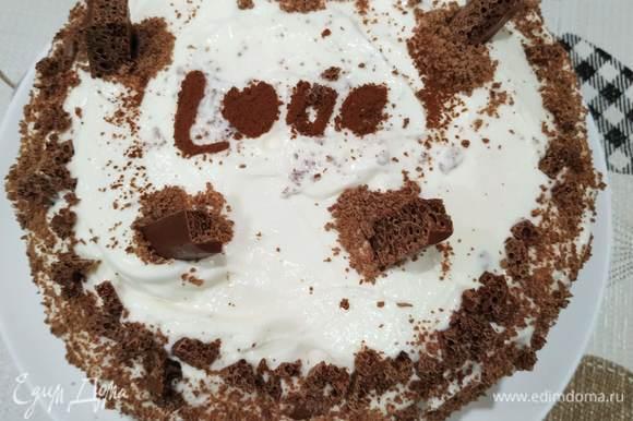 Обмазываем весь торт кремом и украшаем по желанию. Я готовила домашний вариант, поэтому просто присыпала тертым шоколадом...