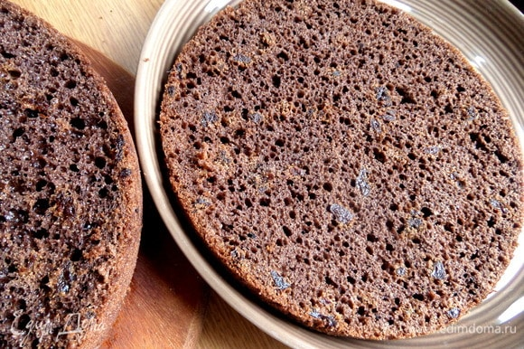 Отрезать низ с помощью длинного ножа — это будет основа торта. К слову, Галина пекла отдельно тонкий светлый корж-основу 10 минут и потом — корж для кубиков отдельно с какао.