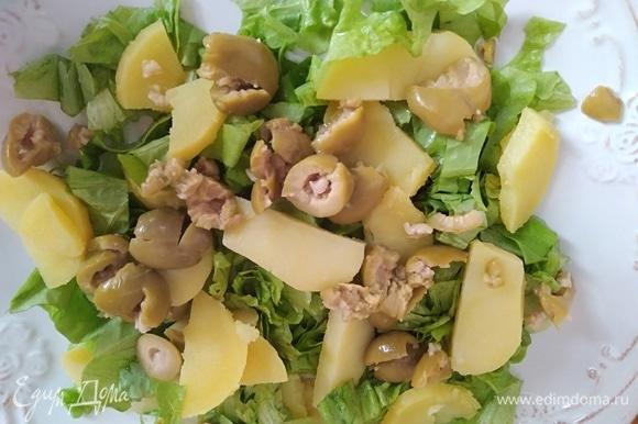 На лист салата поместить картофель, авокадо и оливки. У Юлии были маслины и еще 2 вяленые помидорки. Я не добавляла.