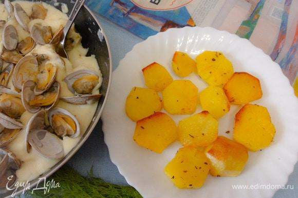Подача: готовый картофель выложить на тарелку.
