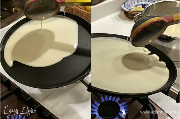 Сковороду разогреть и налить на нее тесто. Очень аккуратно, добиваясь, чтобы тесто равномерно растеклось по всей поверхности сковороды. А дальше «пекем». Или «печем»? А, может, и вовсе «жарим»? Но все равно блины!