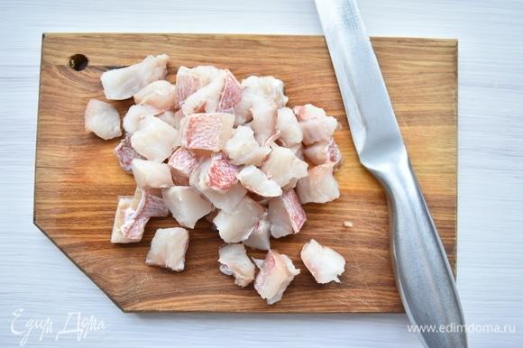 Рыбное филе нарезать кубиком, лук — полукольцами. На сковороде с растительным маслом обжарить рыбу с луком. Посолить, поперчить по вкусу.