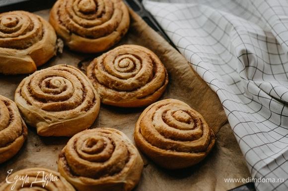 Выпекать булочки при 180°C до золотистого цвета. Пока булочки теплые, намазать их сливочным кремом. Приятного аппетита!