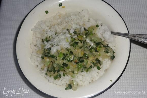 Обжаренный лук добавить к рису, перемешать.