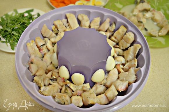 Затем разложите кусочки рыбы, кружочки моркови, перепелиные яйца и залейте наполовину бульоном. Поставьте в холодильник и дайте застыть. Затем выложите немного икры, руколы, залейте оставшимся бульоном и выставьте на холод для полного застывания.